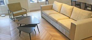 Canapé sur mesure et table basse en laque et frake grisé